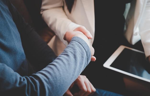 Hombre de negocios feliz con confianza apretón de manos con pareja