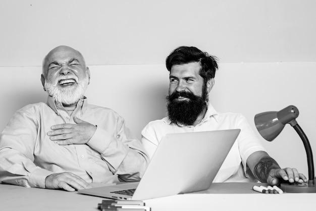 Hombre de negocios feliz disfrutando de buenas noticias positivas en internet.