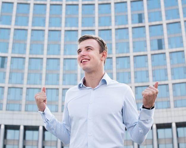 Hombre de negocios feliz mirando a otro lado