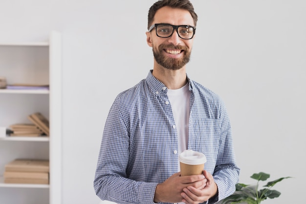 Hombre de negocios feliz en oficina