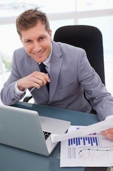 Hombre de negocios feliz con los resultados de la investigación de mercado