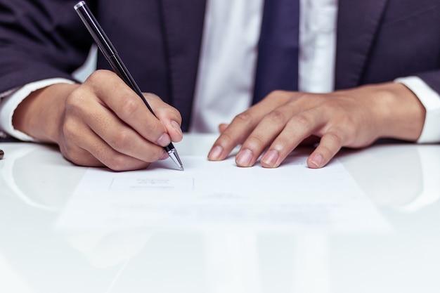 Hombre de negocios, firma, un, documento, en, oficina