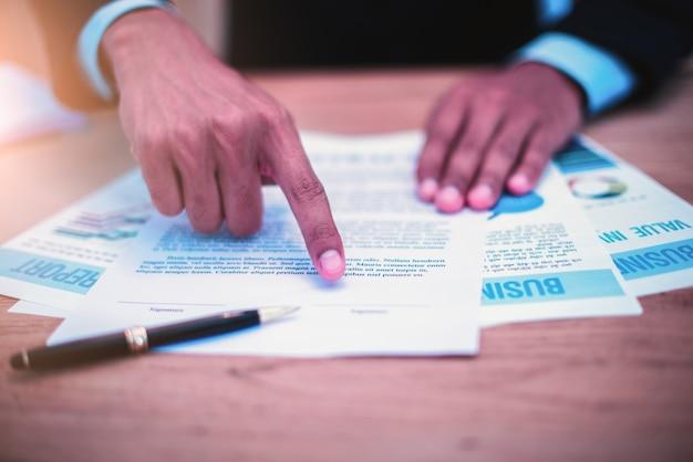 El hombre de negocios firmó el contrato.