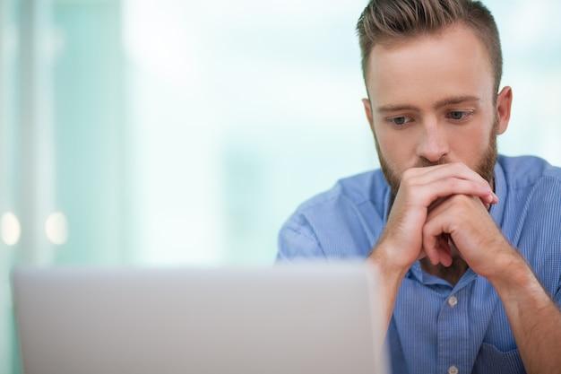 El hombre de negocios frente a complicada tarea en el trabajo