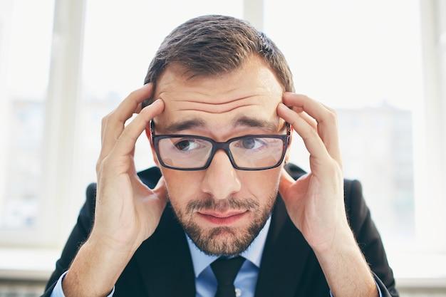 Hombre de negocios frustrado con gafas