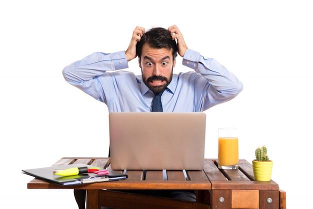 Hombre de negocios frustrado sobre fondo blanco