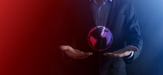 Hombre de negocios con gesto protector postura de pie mano sosteniendo el icono de la tierra, globo digital.