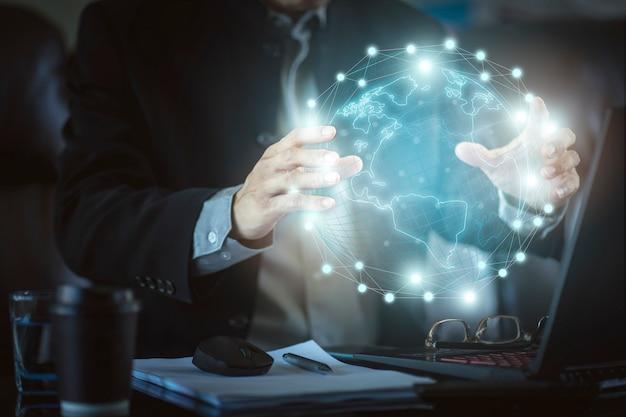 Hombre de negocios con el gráfico de beneficio de realidad virtual de alta tecnología. concepto de tecnología empresarial y marketing digital.