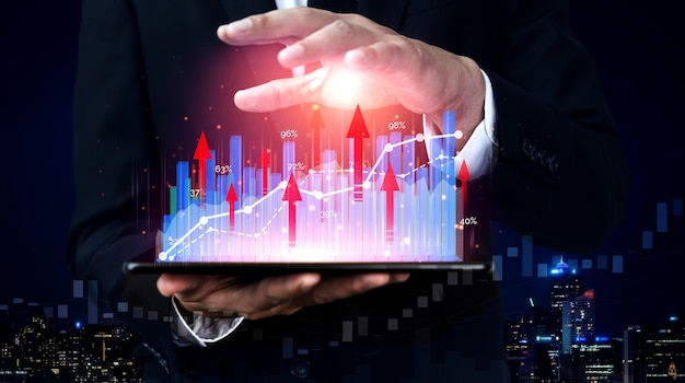 Hombre de negocios con gráfico de informe hasta el crecimiento de las ganancias financieras de la inversión en bolsa.