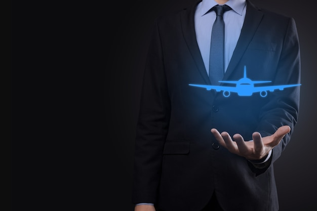 Hombre de negocios con gráficos holográficos y estadísticas del mercado de valores obtiene beneficios