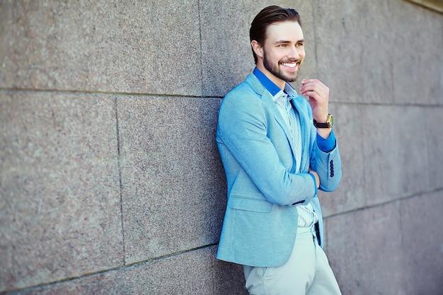 Hombre de negocios guapo en la calle