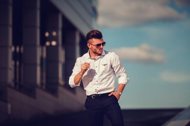 Hombre de negocios guapo elegante