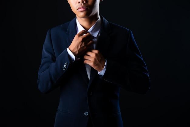 Hombre de negocios guapo joven gris