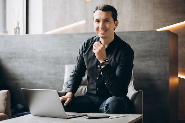 Hombre de negocios guapo trabajando en la computadora en la oficina