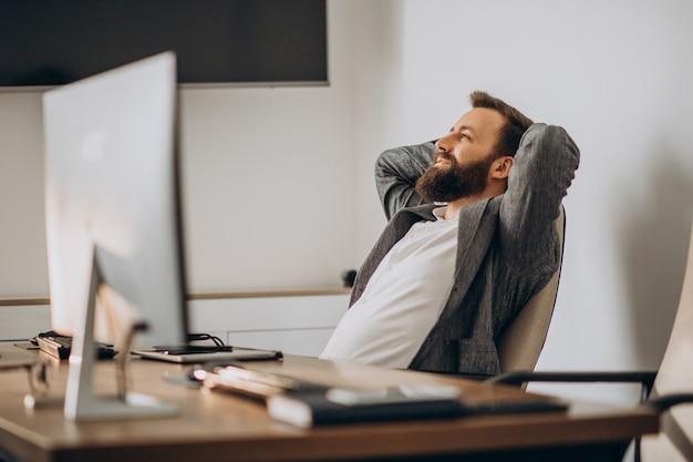 Hombre de negocios guapo trabajando en el escritorio