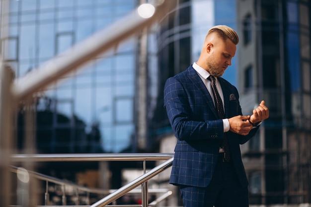 Hombre de negocios guapo en traje