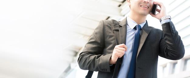 Hombre de negocios hablando por teléfono inteligente, pancarta panorámica