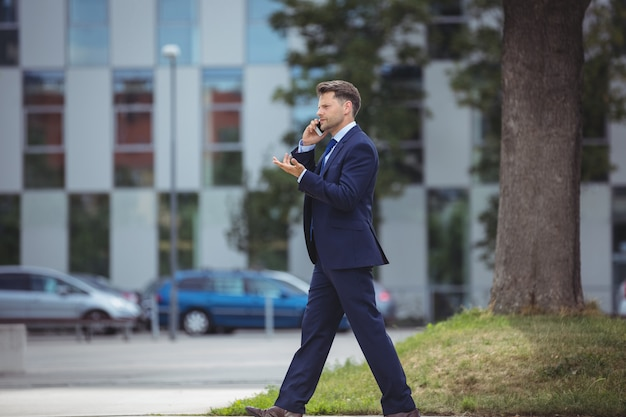 Hombre de negocios hablando por teléfono móvil