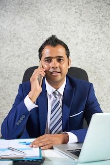 Hombre de negocios, hablar por teléfono