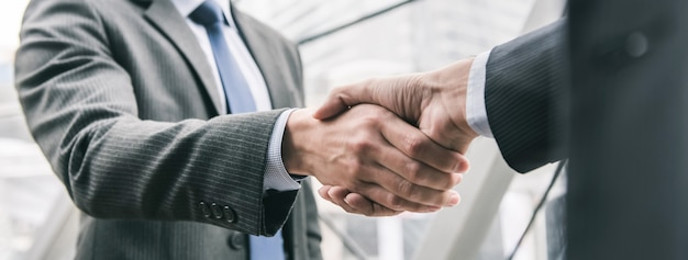 Hombre de negocios haciendo apretón de manos con pareja