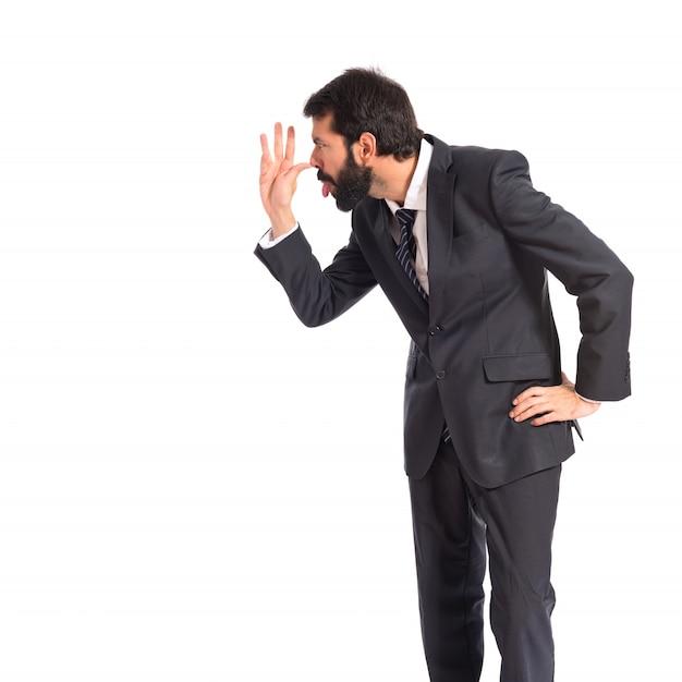 Hombre de negocios haciendo una broma sobre fondo blanco