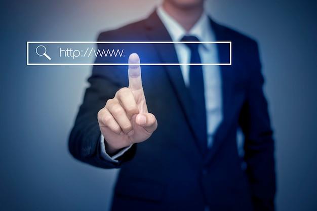 Hombre de negocios, haciendo clic en la página de búsqueda de internet en la pantalla táctil de la computadora