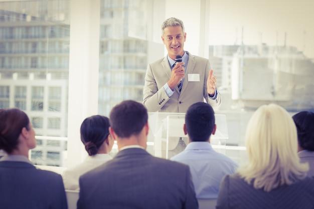 Hombre de negocios haciendo discurso durante la reunión