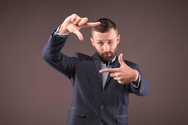Hombre de negocios haciendo un marco con los dedos