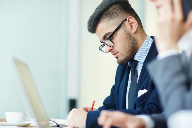 Hombre de negocios haciendo notas