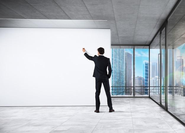 Hombre de negocios haciendo una presentación en su oficina