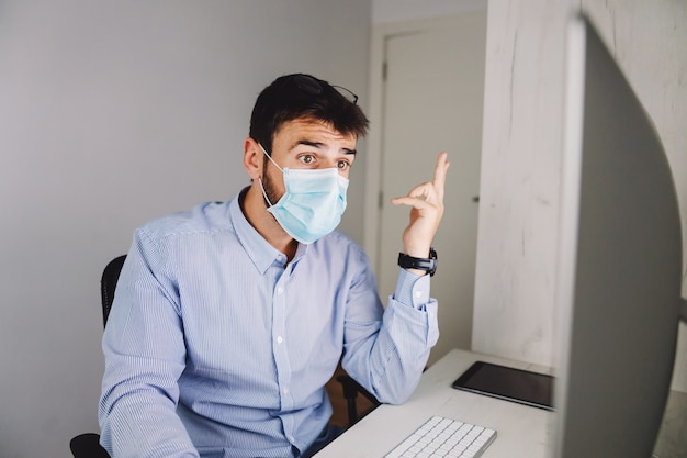 Hombre de negocios haciendo su trabajo durante el virus corona.