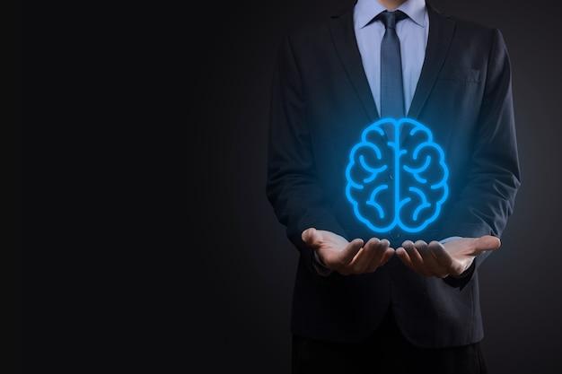 Hombre de negocios con herramientas abstractas de cerebro e icono, dispositivo, comunicación de conexión de red del cliente en tecnología futura de desarrollo innovador, virtual, ciencia, innovación y concepto empresarial