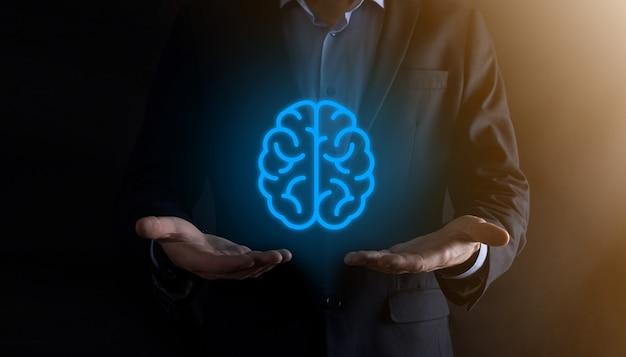 Hombre de negocios con herramientas abstractas de cerebro e icono, dispositivo, comunicación de conexión de red del cliente en tecnología futura de desarrollo innovador, virtual, ciencia, innovación y concepto de negocio.