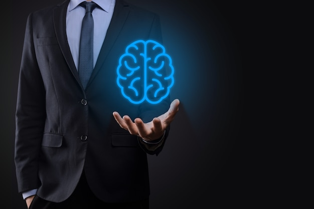Hombre de negocios con herramientas abstractas de cerebro y símbolo, dispositivo, comunicación de conexión de red del cliente en tecnología virtual, desarrollo innovador futuro, ciencia, innovación y concepto empresarial.