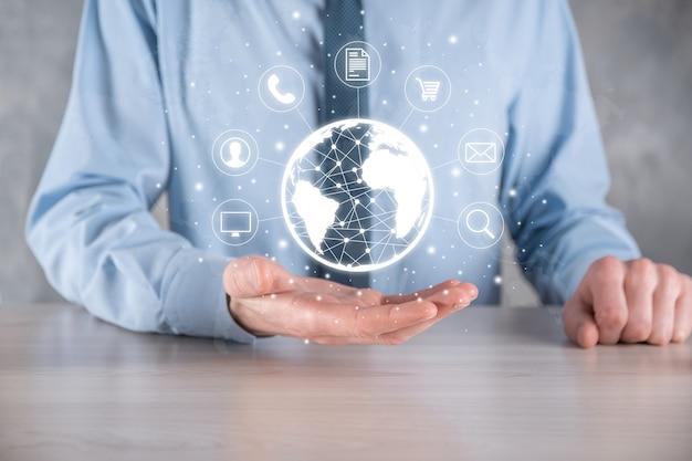 Hombre de negocios, hiold, uso, prensa, infografía, icono, de, comunidad, tecnología, digital., concepto, de, hi tech