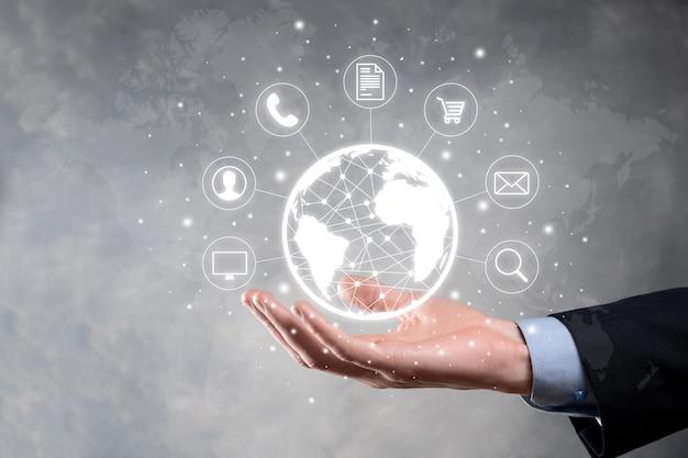 Hombre de negocios hiold, uso, presione el icono infográfico de la tecnología comunitaria digital. concepto de alta tecnología y big data. conexión global iot internet de las cosas. red de comunicación de información tic.
