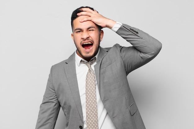 Hombre de negocios hispano, enojado, expresión