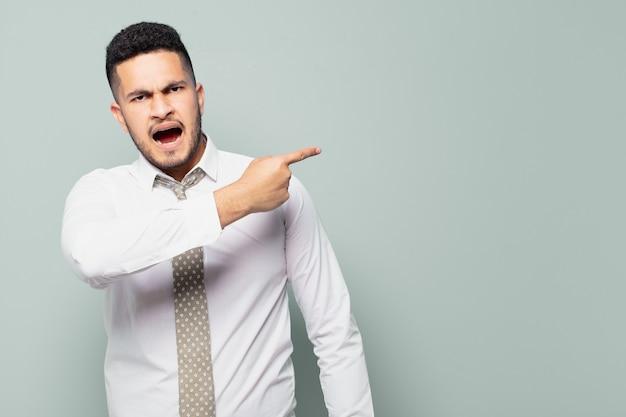 Hombre de negocios hispano, con, enojado, expresión