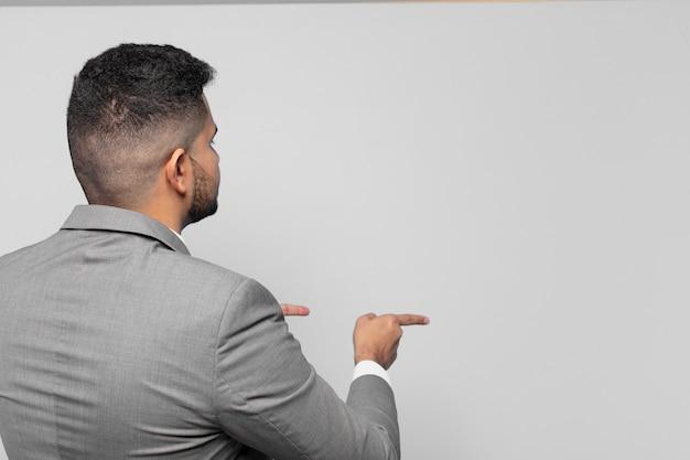 Hombre de negocios hispano, señalar o mostrar