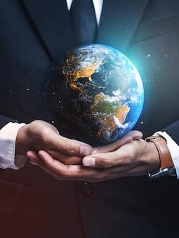 Hombre de negocios holding earth.