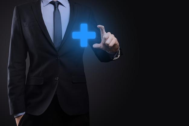 Hombre de negocios, el hombre sostiene en la mano ofrece algo positivo como el beneficio