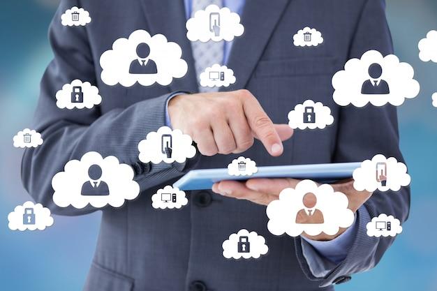 Hombre de negocios con iconos de nubes