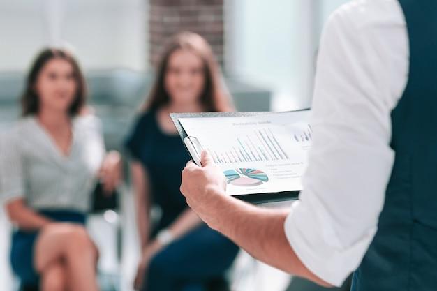 Hombre de negocios con un informe financiero en una reunión de trabajo. concepto de negocio