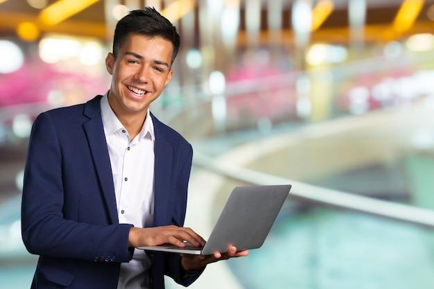 Hombre de negocios inteligente feliz