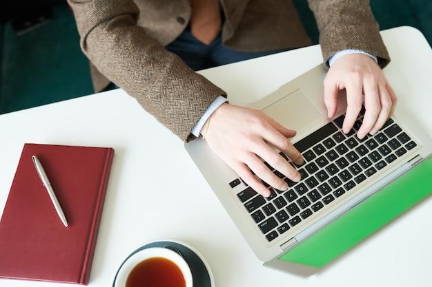 Hombre de negocios irreconocible usando laptop