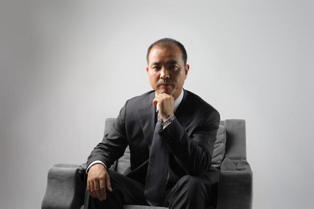 Hombre de negocios japonés de aspecto serio