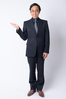 Hombre de negocios japonés vistiendo traje en blanco