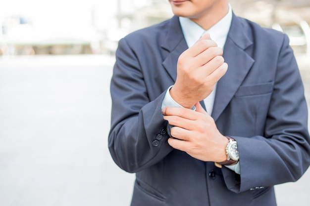 Hombre de negocios joven de asia delante del edificio moderno en el centro de la ciudad. concepto de hombres de negocios jovenes