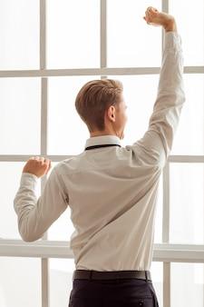 Hombre de negocios joven atractivo en la camisa clásica blanca.