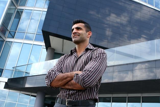 Hombre de negocios joven y atractivo
